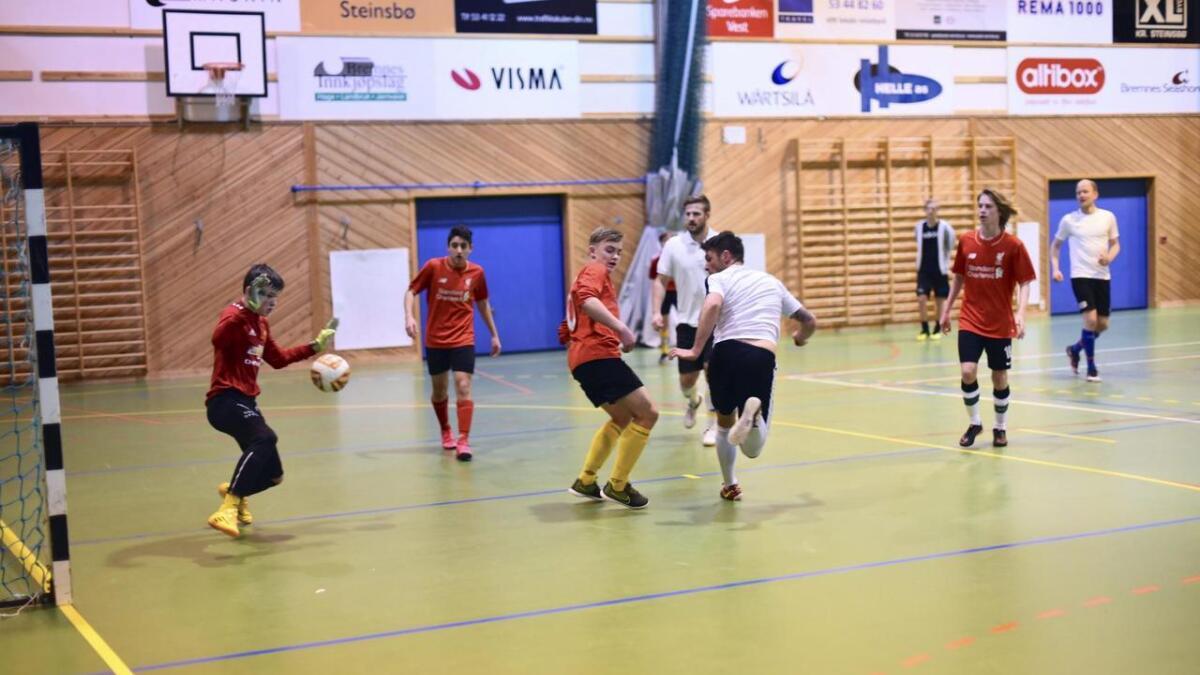 Lars Andreas Larsen gav alt for laget sitt «Los Cules» i gruppespelet. Her spelar dei mot «Mohammed's lakeier» som vart eit nummer og to for små, i alder og storleik.