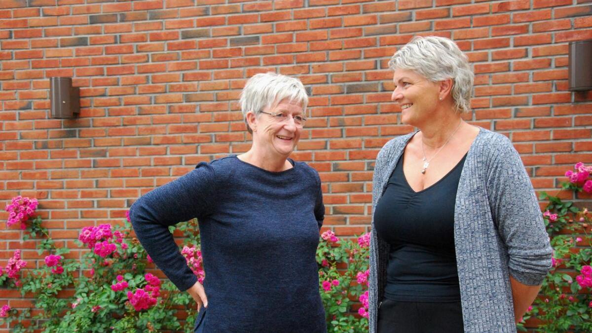 Aud Helen Moe (t.v.) og Eva Sæther er valgansvarlige og satser på at de nye digitale valgkortene vil fungere bra.