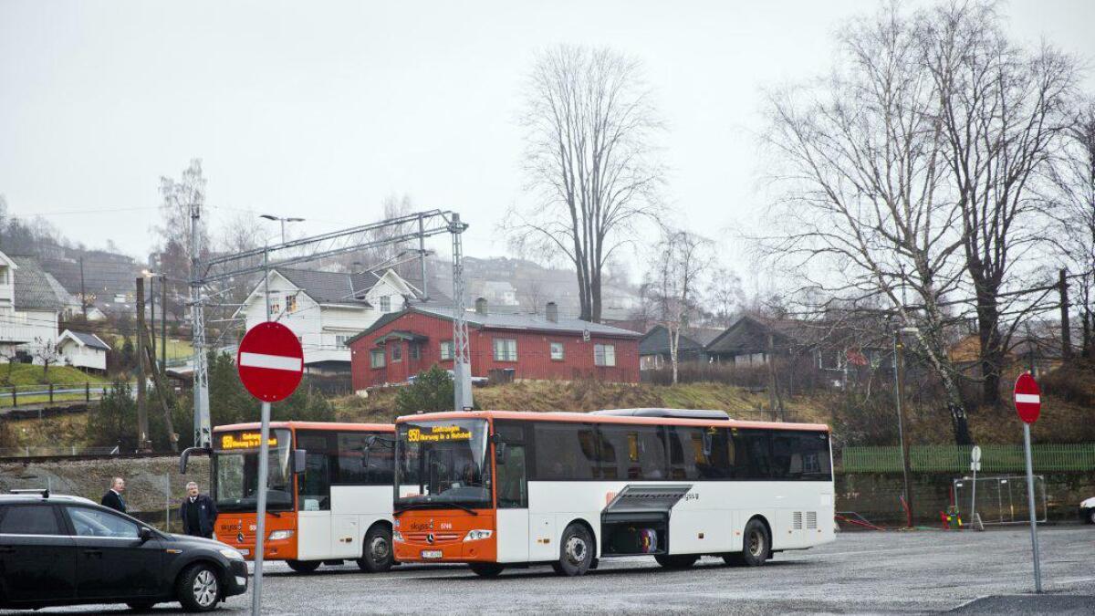 – Løysinga for at vossingane òg skal få nyta godt av takstreduksjonen, både innan kommunen og for å reisa til Bergen, kan vera at Skyss set opp fleire ruter sjølve. Eller kan dei inngå avtalar med dei buss-selskapa som køyrer rutene i dag. Då vil ein vera oppe i sju avgangar dagleg kvar veg, skriv Helge Nævdal og Bjørg Djukastein.
