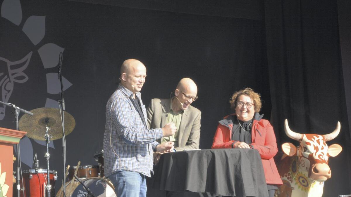 Det var rom for latter også under debatten mellom Trygve Slagsvold Vedum og Olaug Bollestad (KrF). Erik Aasheim (midten) var ordstyrar.