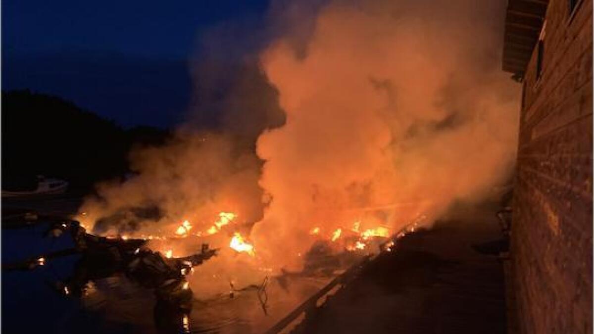Det var ikkje mykje Bømlo brann og redning kunne gjere for å berge båtane som brann. Brannmannskapa tok til med sløkking og konsentrerte seg om å hindre at brannen fekk spreie seg til fleire båtar, kai, bygning og terreng på land.