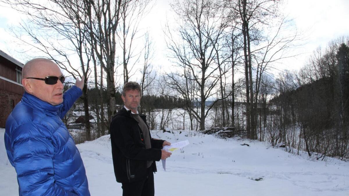 Bjørn Holand og Magnar Larsen ser for seg både store og små hus i den nye bydelen Bervikåsen,                     men ingen kan være mer enn to etasjer. De begynner i det området de står i her.Alle