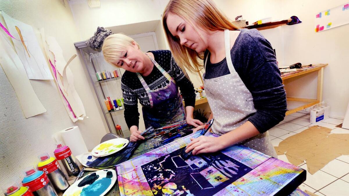 Elin Ohlsen gir råd til Helene Louise Bjerkenes (t.h.), som utfolder seg på et malerkurs hvor hun ble trygg på å eksponere seg selv og sin kreati  vitet sammen med andre mennesker i skapende prosesser.