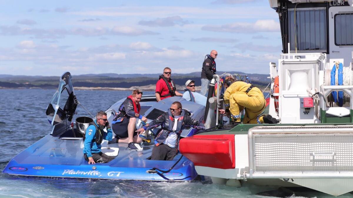 Redningsskøyta Inge Steensland var raskt på plass for å bistå den hurtiggående farkosten med å pumpe ut vann.