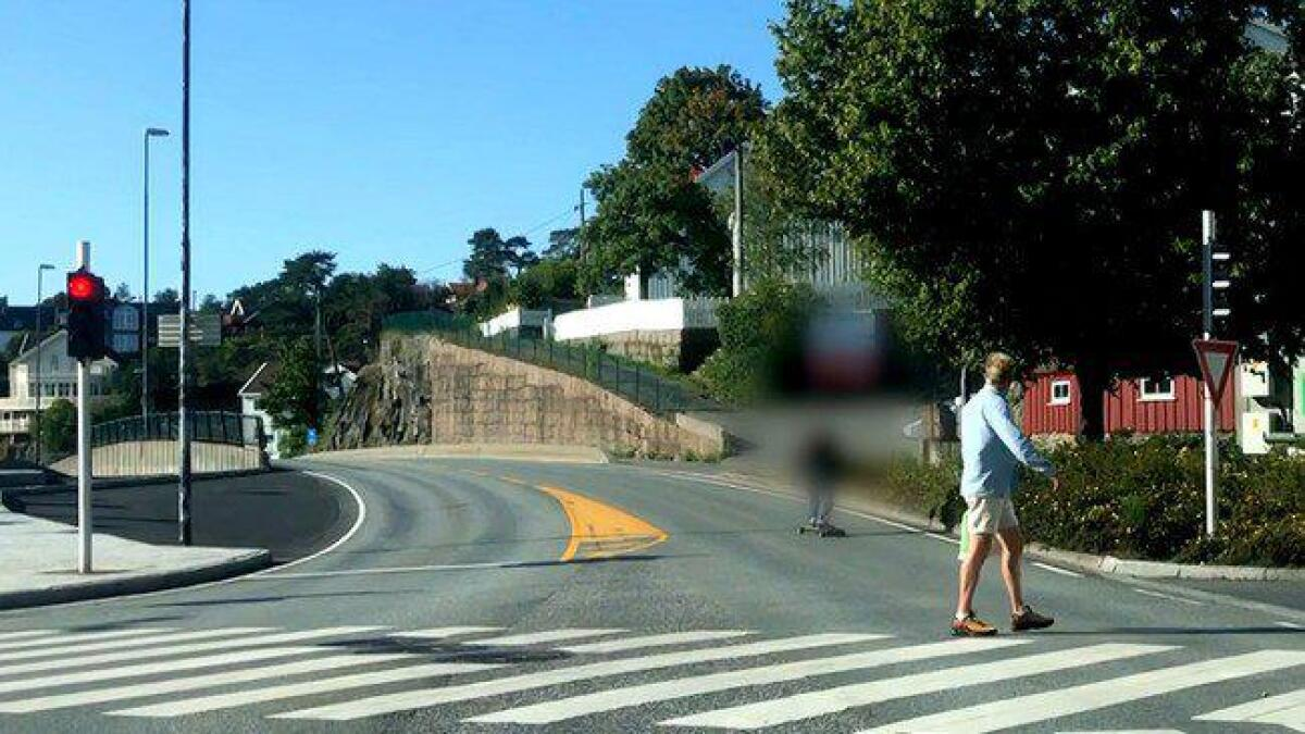 Mannen på elektrisk rullebrett (sladdet) suste forbi en fotgjenger på rødt lys.