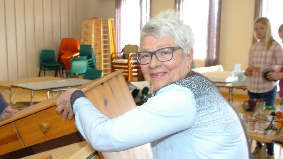 Vigdis Leinan Olsen kan bli årets ildsjel i Nordland idrettskrets lørdag. Hun er en krumtapp i Grytting IL – her i full sving på et loppemarked.