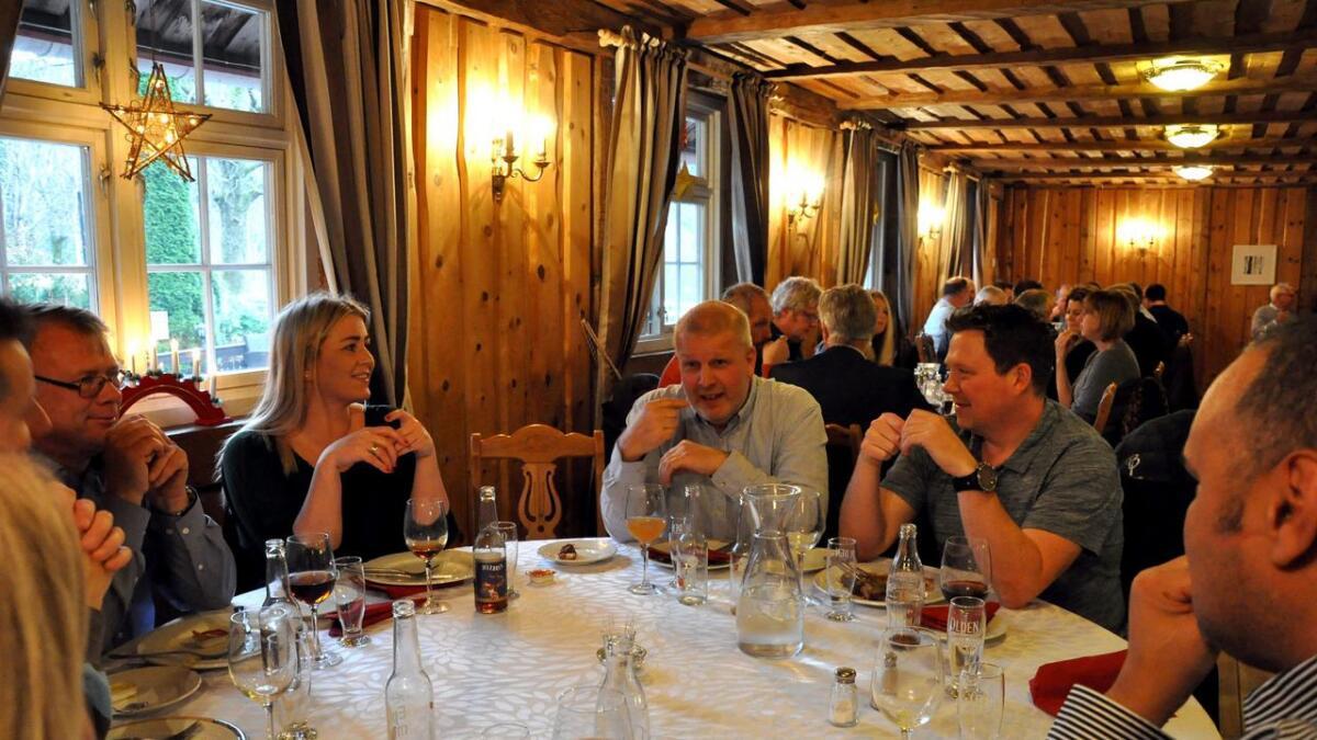 Revisor og partner i iRevisjon, Vigleik Robstad (midten), får stort utbytte av den nye næringsforeningen. Her snakker han ivrig med noen av dem han satt til bords med under julelunsjen.