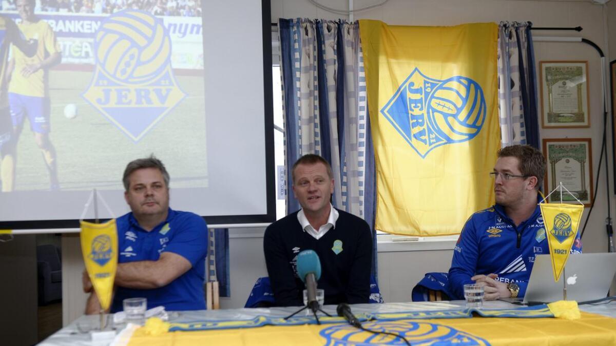 Jervs nye trener Arne Sandstø ble presentert av sportslig leder Cosmo Collett (t.v.) og klubbens markedssjef, Trond Christoffersen.