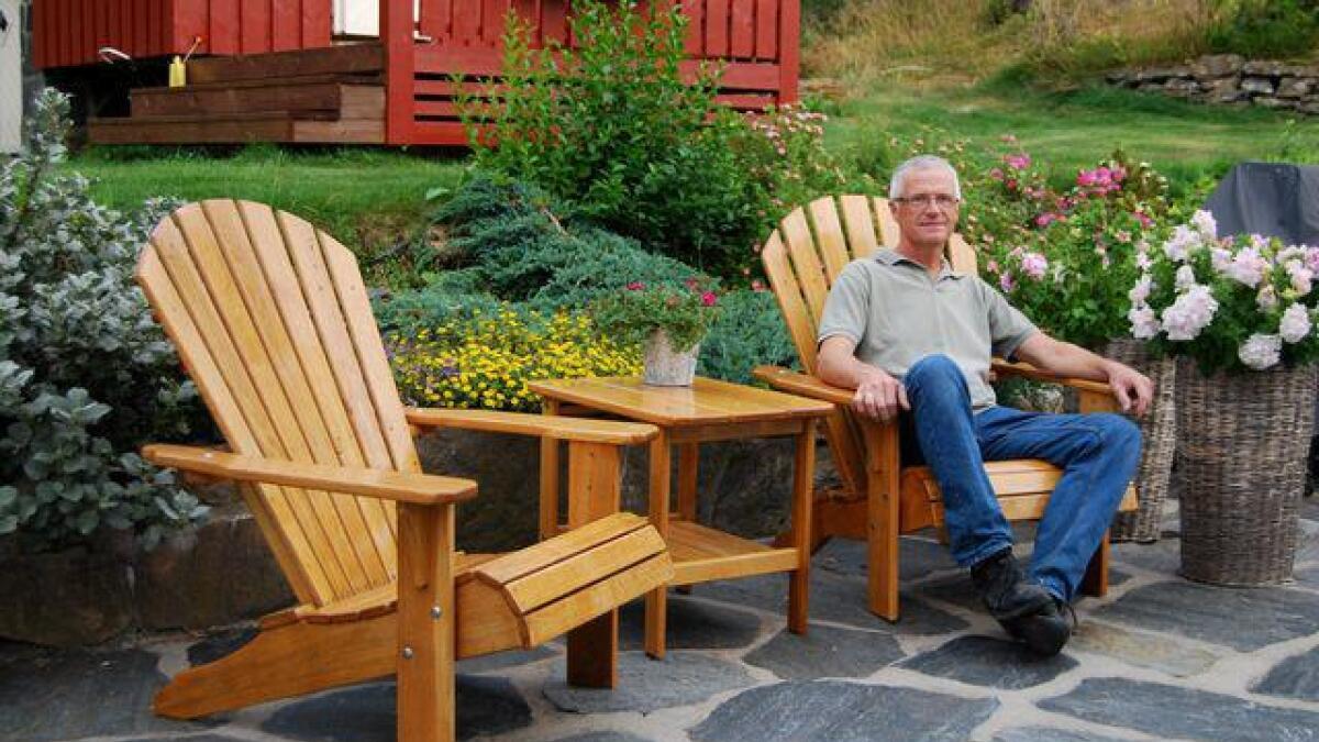 Knut Østreim sitter godt i Adirondack-hagestolen som han produserer i sitt verksted på Ørsland i Høvåg.