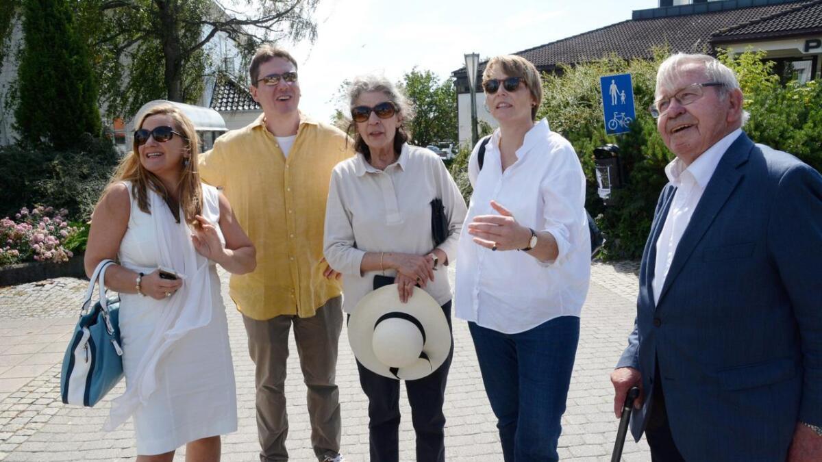 Likt. Ophelia Dahl synes mye er likt i Grimstad før og nå. Fra hun var to til hun var tolv år gammel var hun hver sommer på Strand hotel. Denne uken var hun tilbake, og ble vist rundt i byen av Ellen Kathrine Dyvik (t.v.) og Kaare Dyvik (t.h.) med Roald Dahls enke Felicity Dahl (i midten). Med på turen var også Donald Sturrock, som er venn av familien og Roald Dahl-biograf. Han arbeider for tiden med forfatterens brev.