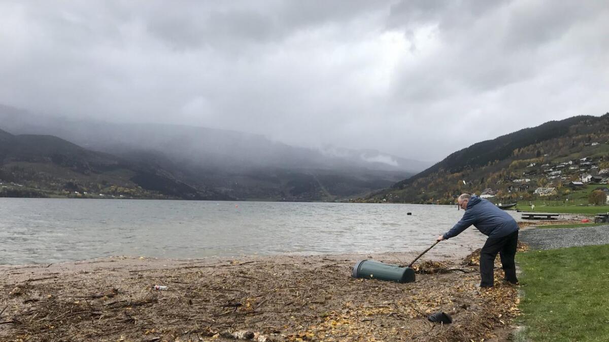 Det er mykje vatn i Vangsvatnet no. Her prøver Jon Arve Bolstad å dra i land eit søppelspann.