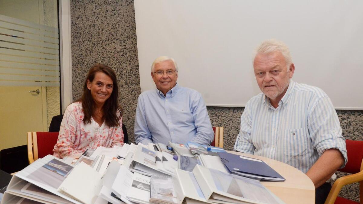 Kirkeverge Svenn Jørgen Sørensen (t.h) er spent på de tre forslagene fra tre arkitektfirma som skal leveres innen 28. februar.  Her er han sammen med Mari Sønnsyn Berg og Gudmund Sagen da anbudene kom.