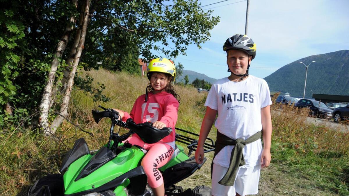 Det var populært å kjøre firehjuling. Mia (8) og Emil (9) Skagen kjørte begge flere runder i løypa.