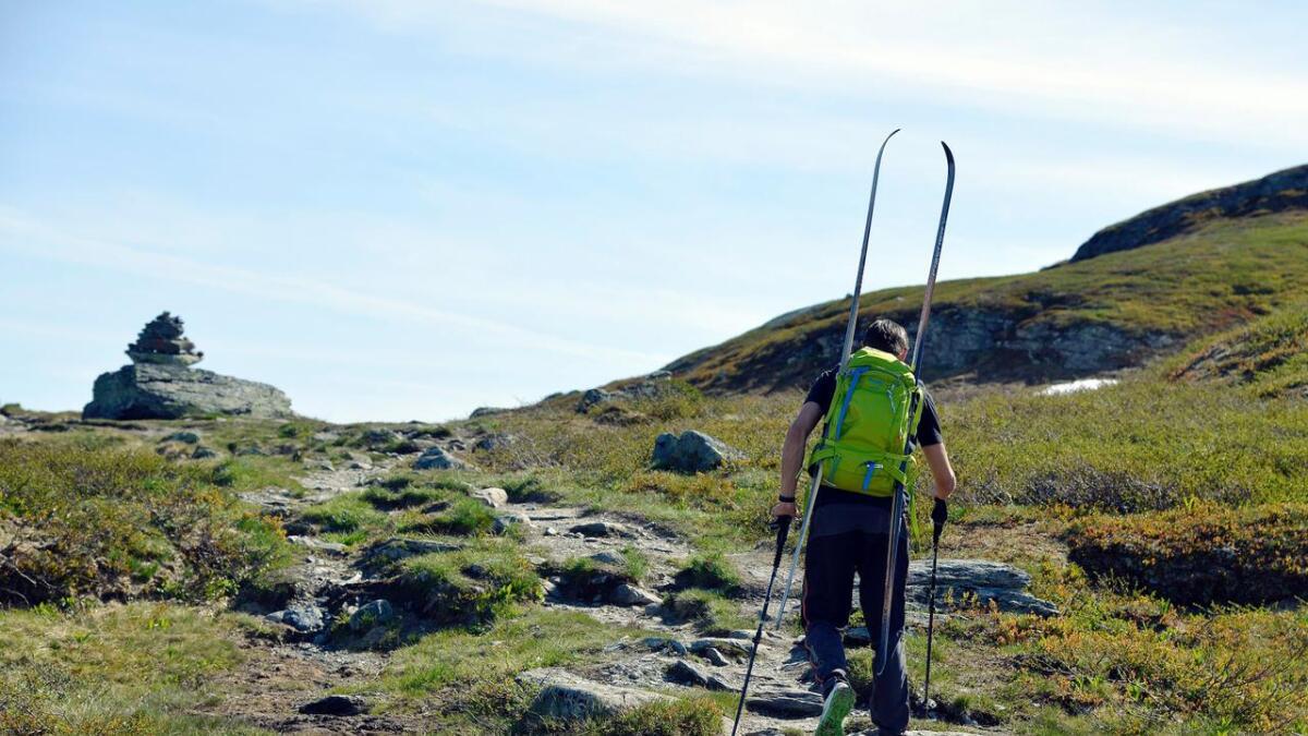 Med skiene spent fast til sekken, er det kort vei til et sommerskieventyr til fjells.