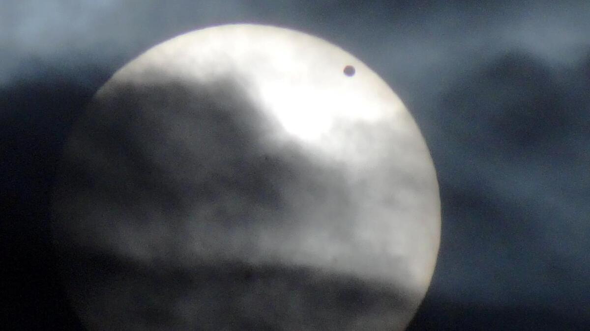 I dag, måndag 11. november, passerer Merkur sola, noko som også blir synleg frå Noreg. Biletet er frå 2012 då planeten Venus blei foreviga då han passerte solskiva.