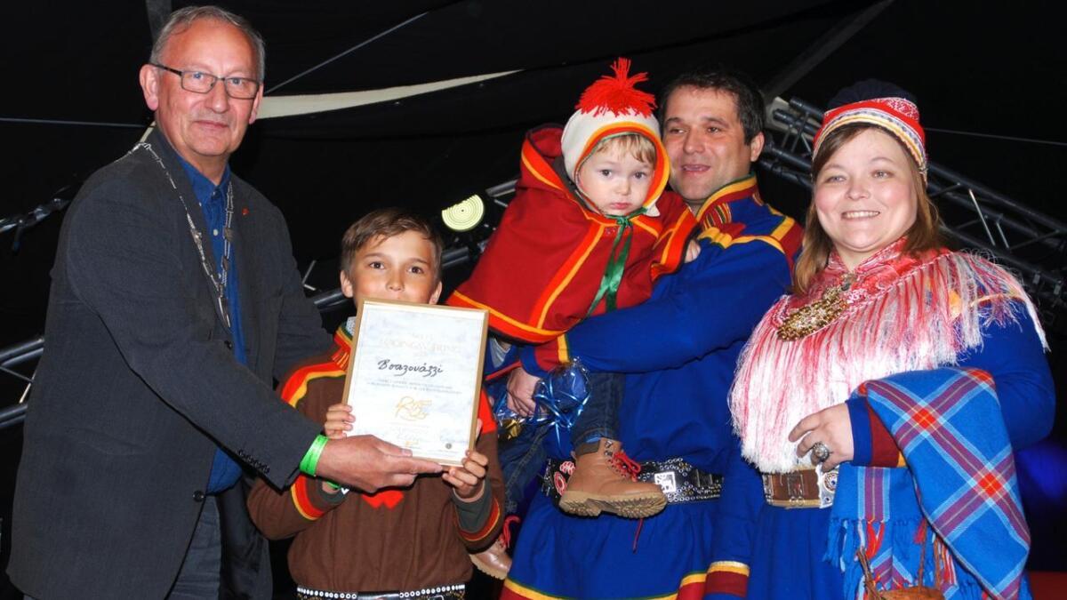 Boazovázzi – Reingjeteren fikk under Sjømatfestivalen overrakt prisen som Årets lødingsværing. Prisen ble delt ut av ordfører Atle Andersen (Ap). Mottakere var Maret og Peder Buljo, Mihkkal Markus og Jusse Niklas.
