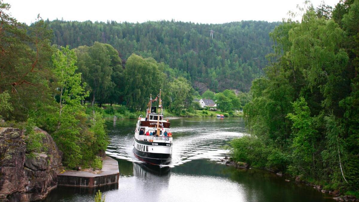 Kanalbåten Victoria passerer Skotfoss. Regjeringen forslår å bevilge kun tre millioner til sikring av kanalen gjennom statsbudsjettet.