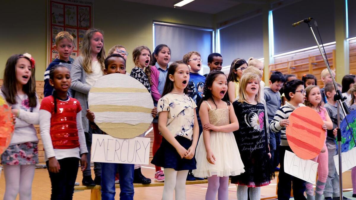 2. trinn sang og danset for resten av skolen så det var en fryd.