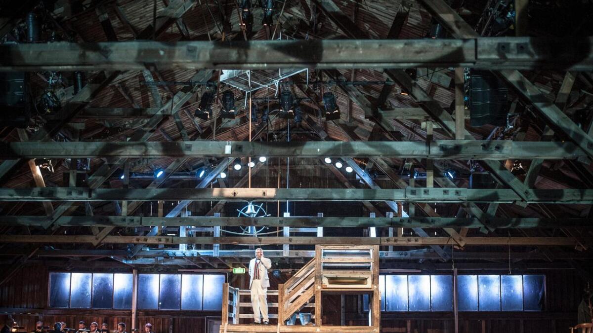 Jan Ø. Wiig ruver som Gunnar Knudsen i forestillingens høydepunkt for meg. Scenerommet i den gamle lagerhallen er nydelig lyssatt. BEGGE