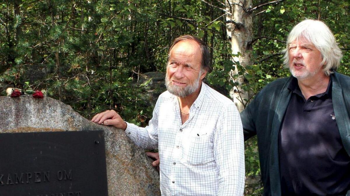 Minneplaketten med navn ble stjålet i fjor, forteller Tor Nicolaysen og Øystein Haugan.