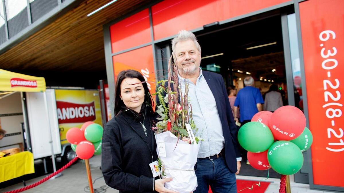 Torsdag opna Spar Heiane. Her ser me butikksjef Anja Tufteland Paulsen med huseigar Svein Hatlevik rett etter at snora var klipt.