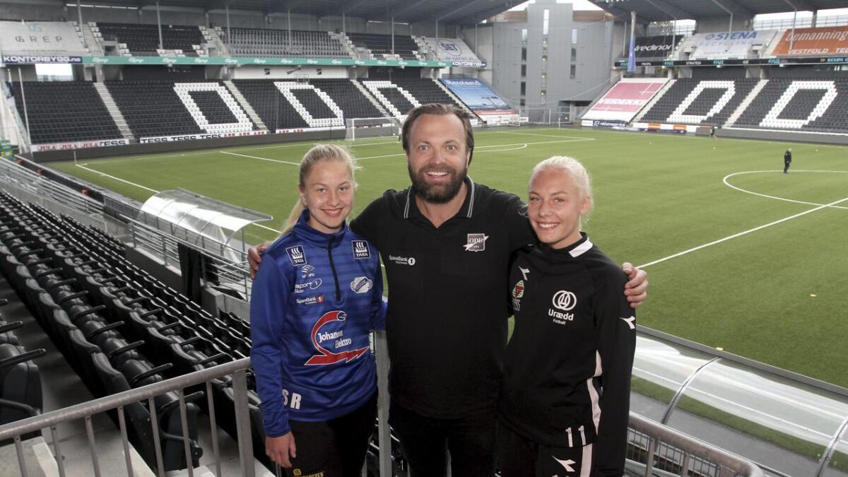 Odds daglige leder, Einar Håndlykken, her sammen med Stina Resare, Fossum og Frida Skoglund Pedersen, Urædd (nå Snøgg), inviterer til møte om en elitesatsing for kvinner i Odd.