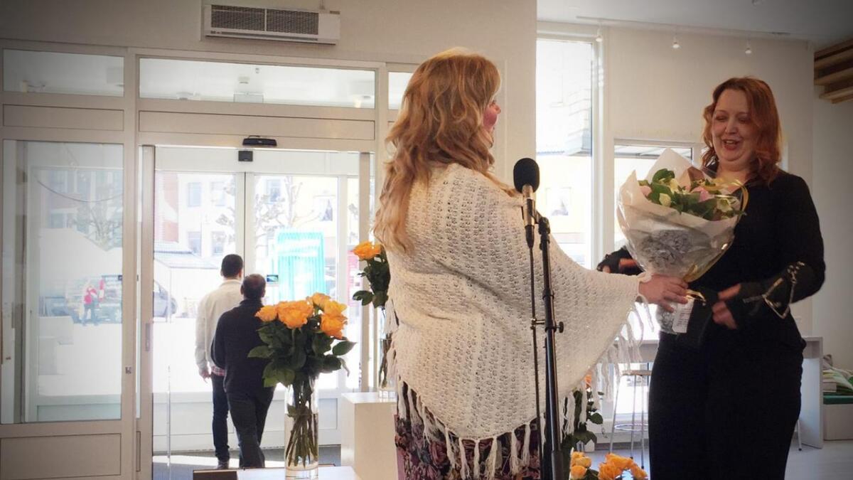Siri Pettersen får prisen av fylkeskultursjef Hege Solli i Arendal.