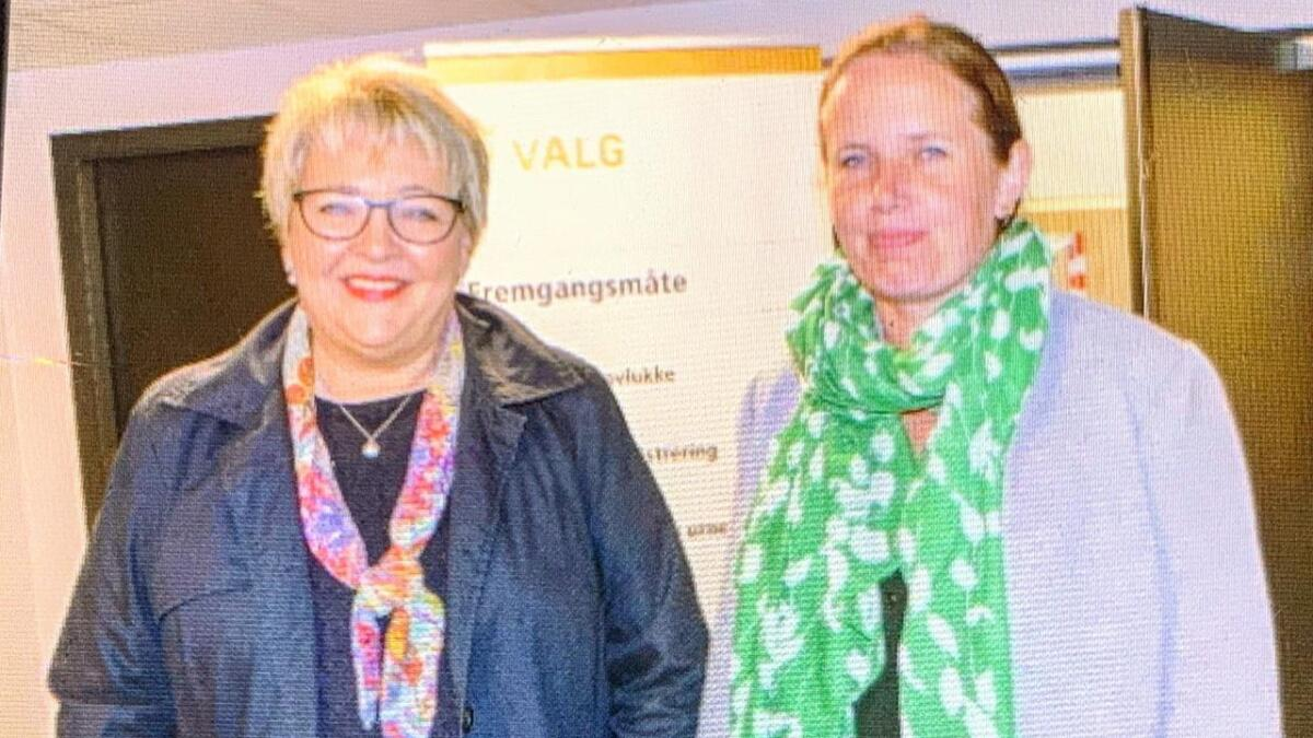 Inger Løite og Gro Eskedal i Gjerstad har begge lyst på ordførervervet. Her på Abel ungdomsskole på valgkvelden.