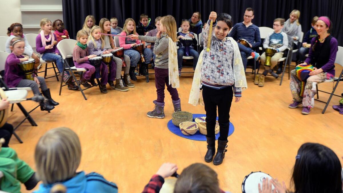 Flere barn fikk prøve seg som dirigenter. De som ble pekt på tryllestaven, kunne spille. Sånt blir det orkester av.