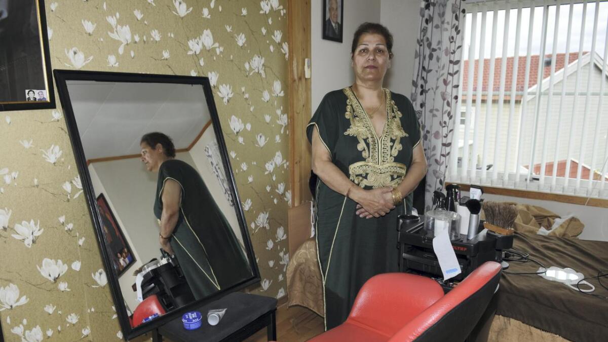 Vargha Hemmat er bekymret for framtida etter at hun måtte stenge frisørsalongen i Neskollen senter fordi Coop ikke har ønsket å forlenge kontrakten med henne. Hun har flyttet alt av utstyr inn i leiligheten på Neskollen.