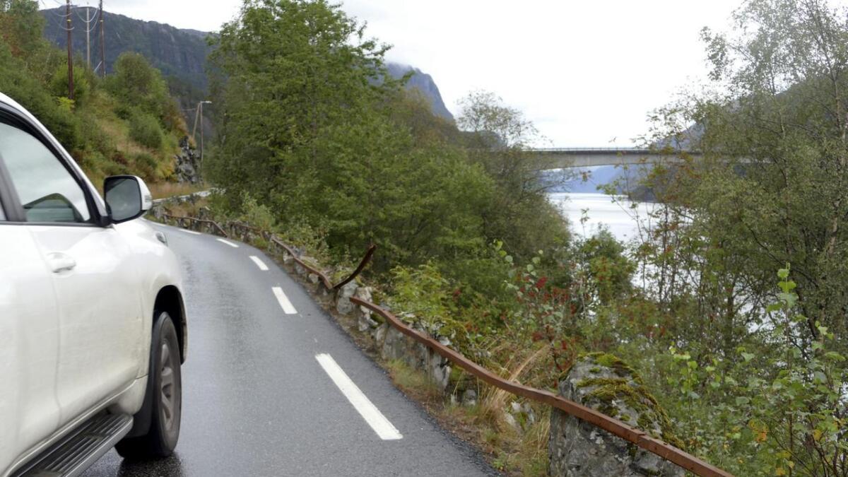 Det gamle rekkverkeet står rett til vers ein stad like før Kallestadbrua på Fv 569.