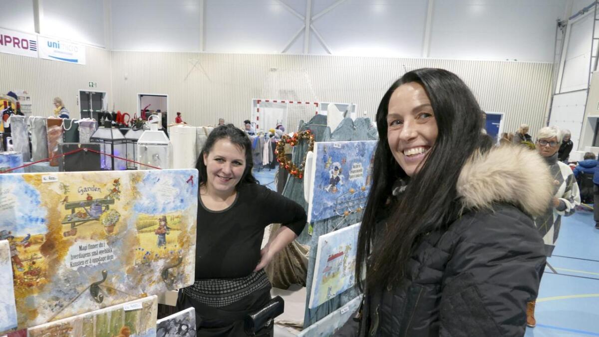Kristin Farestveit (fremst), var ein av mange som var innom dei spesielt dekorerte trefjølene til Diana Haugsdal i Turbinen på Dale.