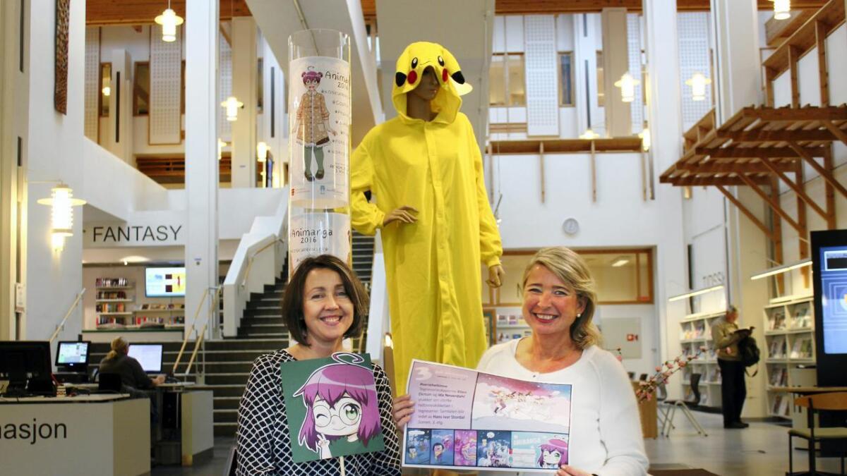 Kirsti Husby (til venstre), Inger Elise Nipedal og resten av personalet på Arendal bibliotek ønsker velkommen til Animanga lørdag den 5. november.