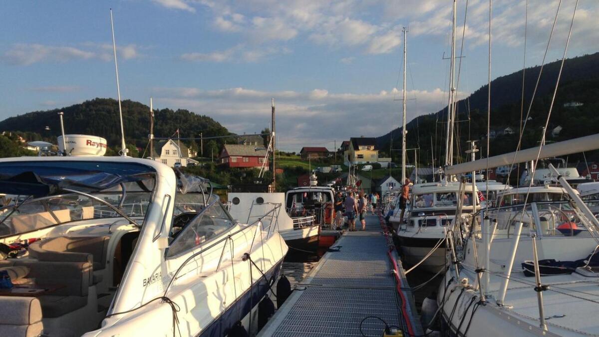 Arrangøren jobbar med å løysa problemet i båthamna.