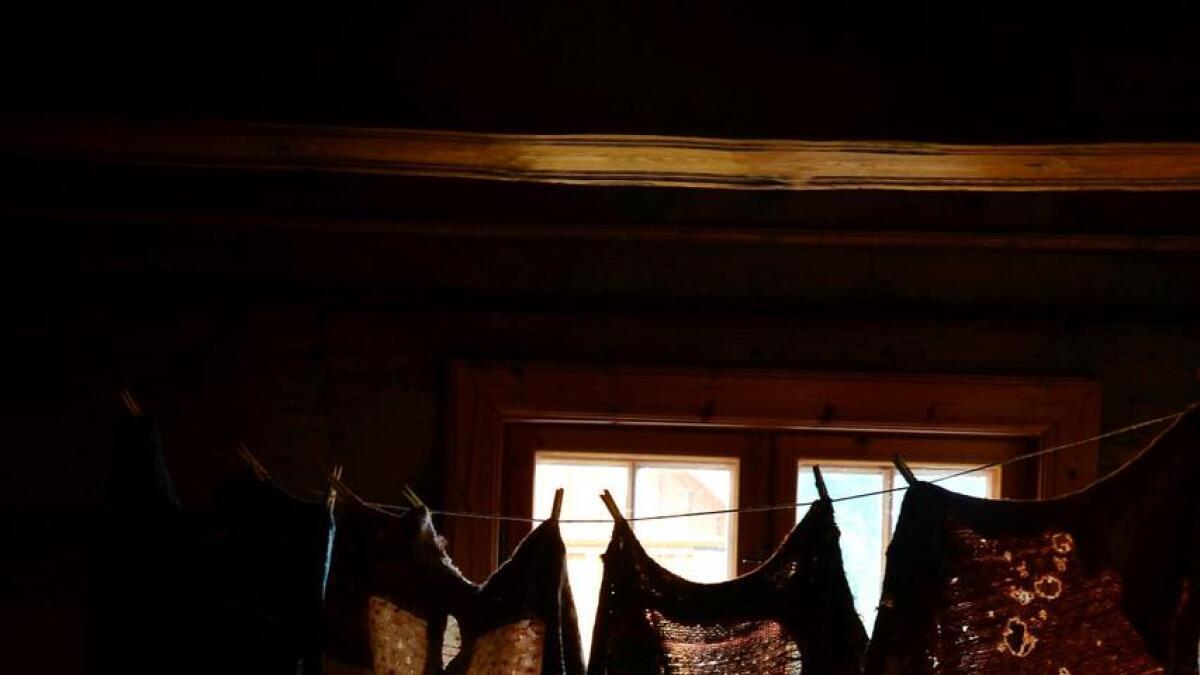 Maria Gunnarsen (5) fra Tromøy ved noen av de mange ullfillene i Norges største strikkesamling.