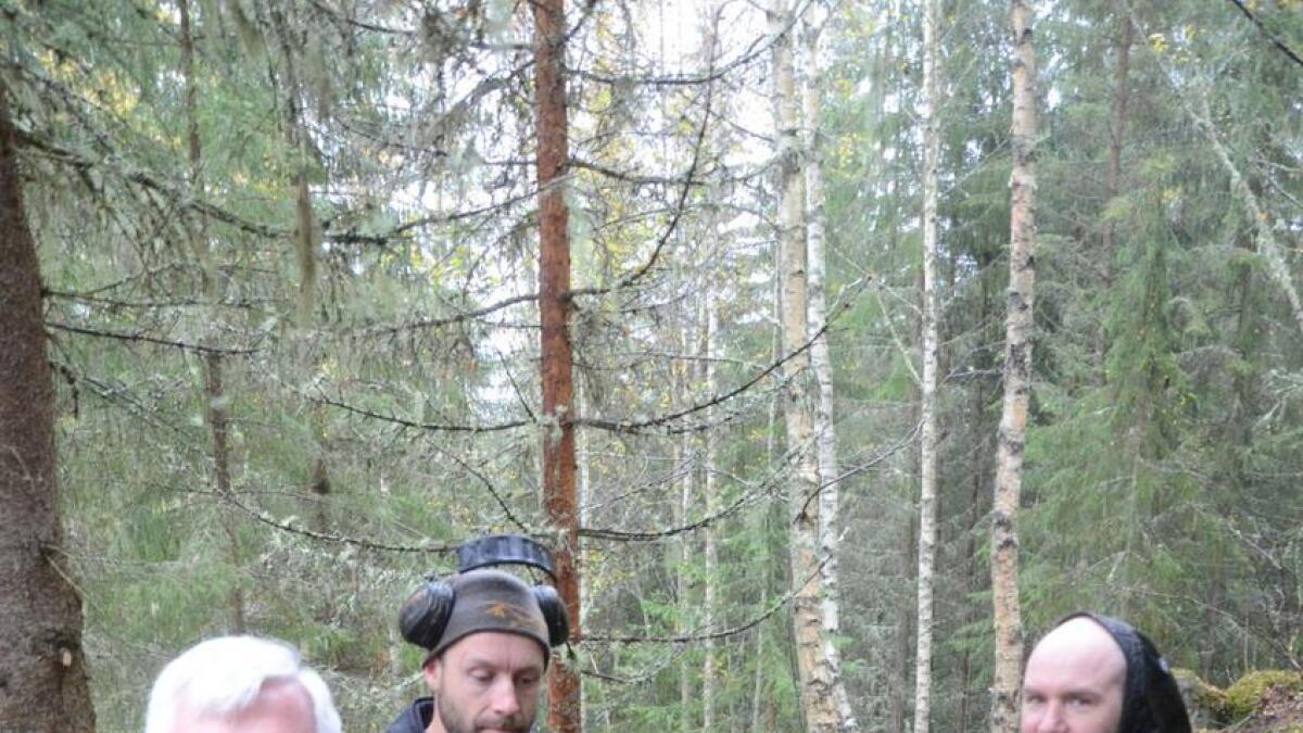 Prosjektleiar Osmund Ueland var på plass då Ove Grøndahl og Knut Lønqvist felte dei første trea i den nedre delen av sykkeltraseen.
