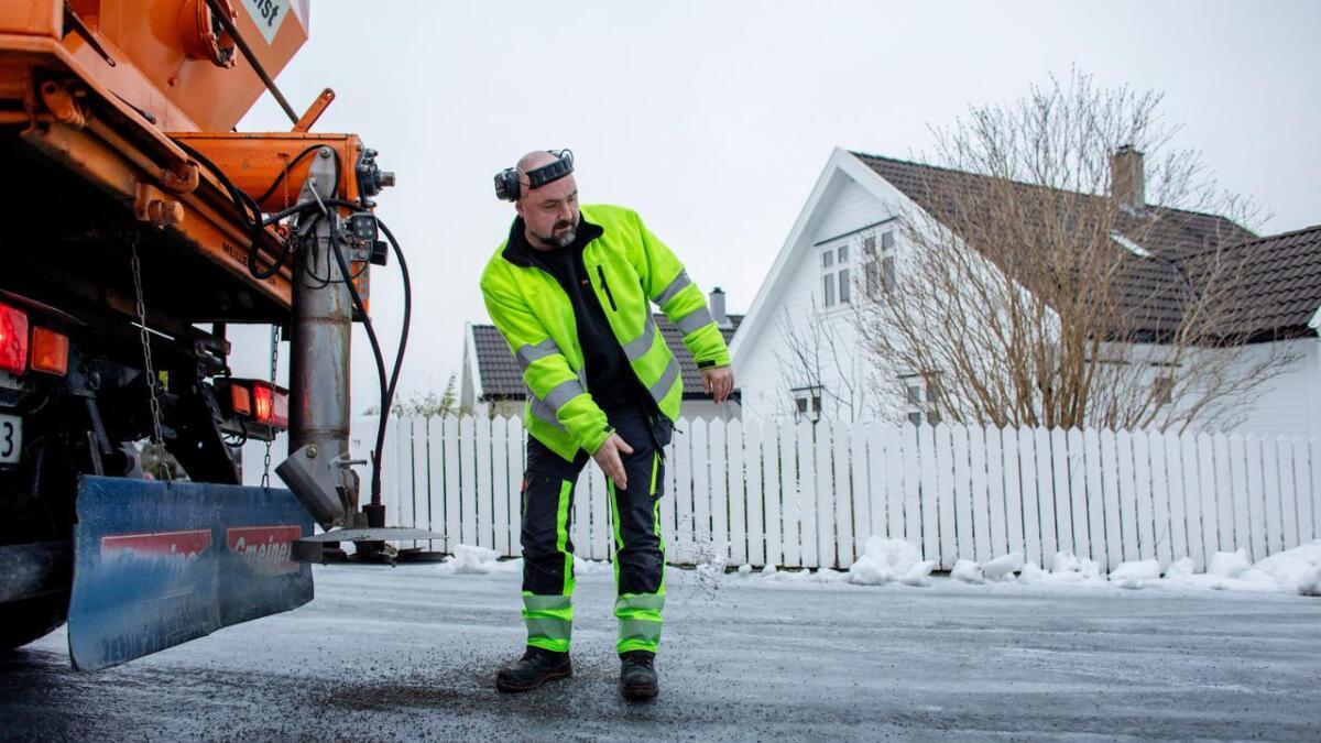 Her ser me Yngve Kannelønning i Stord kommunalteknikk som saltar og strør sand på vegane tidlegare i år.