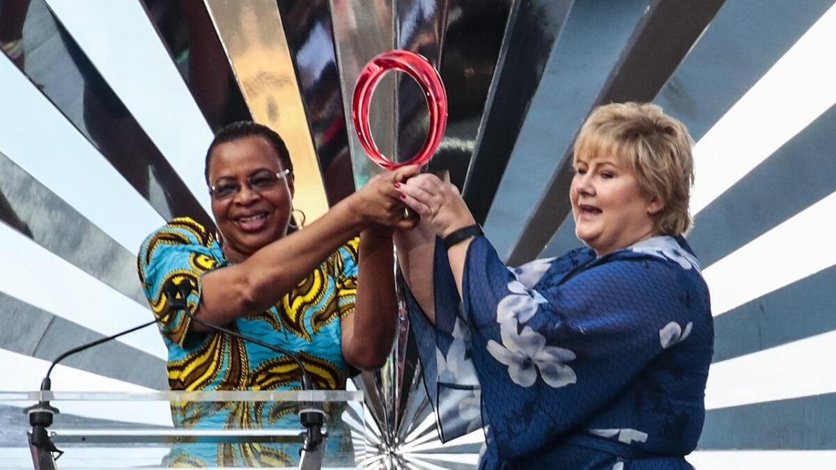 Statsminister Erna Solberg mottar prisen av Graca Machel for Global World Leader for første gang deles ut av Global citizen på FNB Stadium i Johannesburg, Sør-Afrika hvor markeringen av Nelson Mandelas 100 års fødselsdag blir feiret.