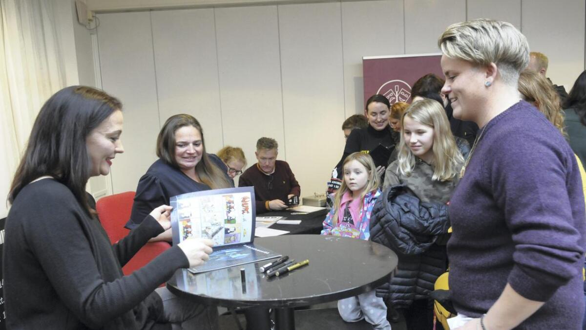 Karoline Jacobsen (t.h.) var en av de som sikret seg Lise Myhres signatur da hun åpnet Nemi-utstilling i galleriet i Nes kulturhus lørdag.