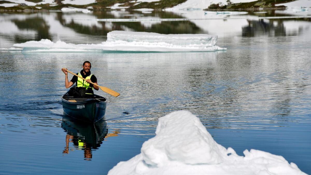Det er ikke hverdagskost for Fredrik Haaverstad å padle blant isflak i juli, selv om det er 1.000 meter over havet.