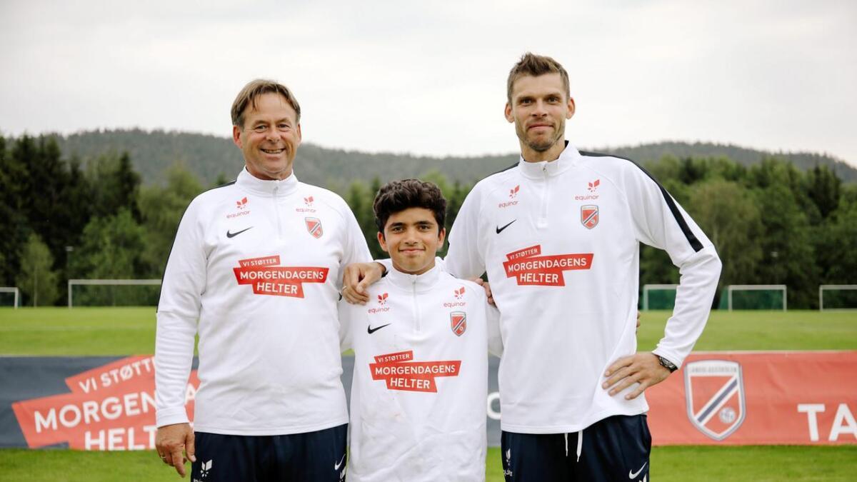 Jan Erik Stinessen fra NFF, Mohammed Badran og Rune Almenning Jarstein.