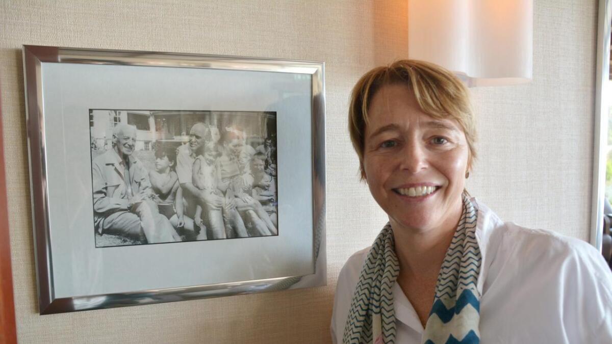 Minne. Ophelia Dahl ved siden av et bilde fra barndommen. På bildet, som henger i Roald Dahl bar på Stand, er hun liten jente.