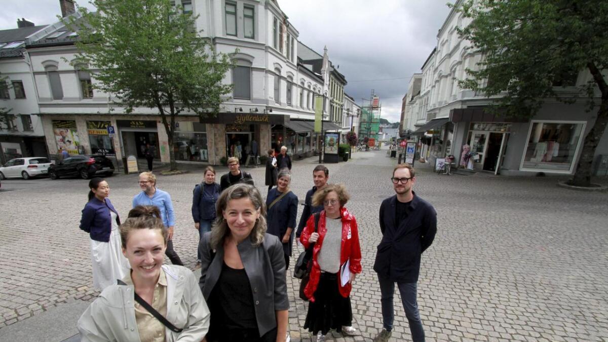 De seks lagene i arkitektkonkurransen fikk se begge alternativ i går. Her ser vi Elif Tiaztepe fra Schmidt Hammer Lassen og Victoria Batten fra SLA foran de andre.