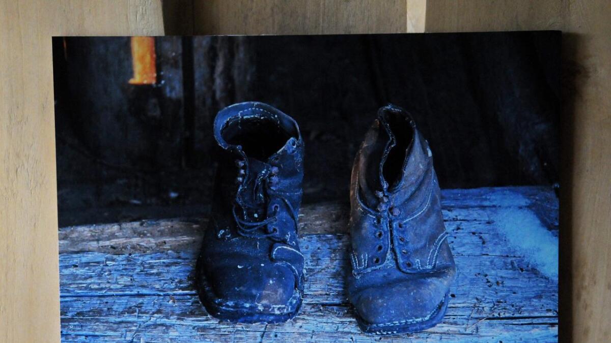Ragnar Steinstad stiller ut fotografier han har tatt av Elg-Johansens liv. Her sees de godt brukte støvlene hans.