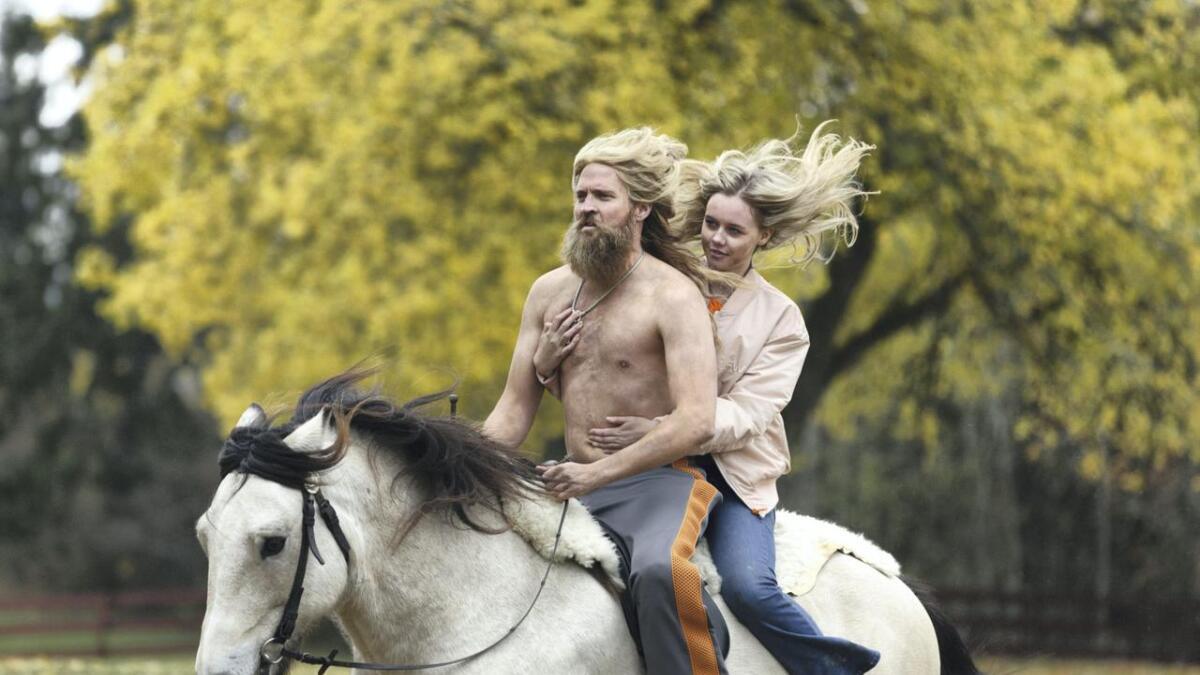 På hesten sitter skuespillerne Tobias Santelmann og Madeleine M. Breen.