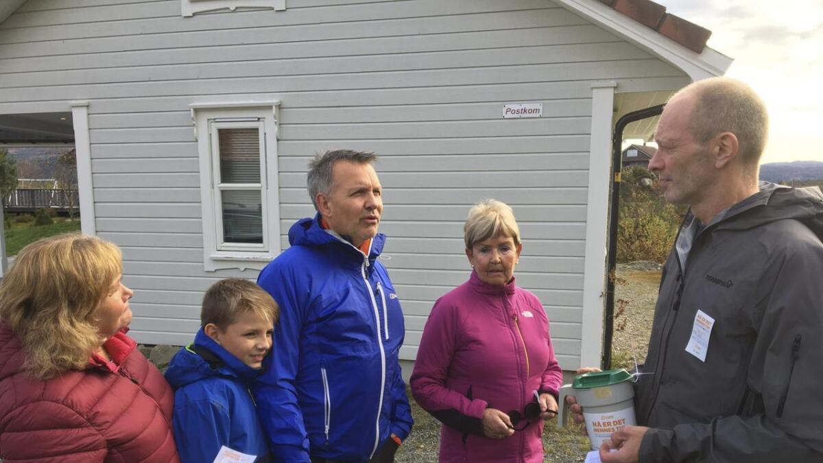 Søndag gjekk årets tv-aksjonen av stabelen, og bøsseberar Tom Rydland (t.h.) var i aksjon i Kråko i Fitjar. Her med familien Helgesen.