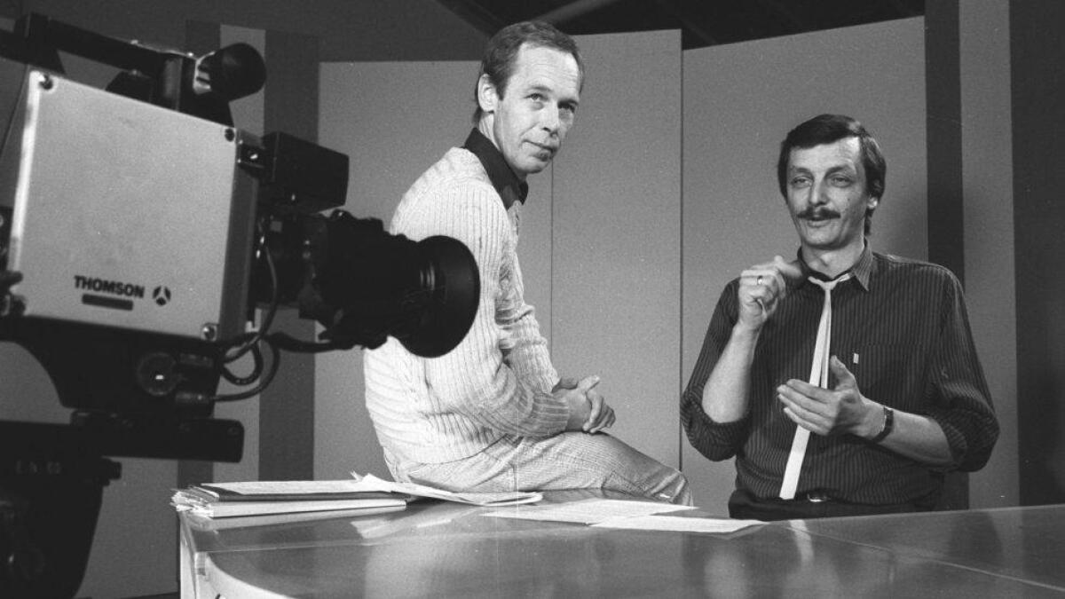 Programleiar Svein Arne Peterson (t.h.) og dagleg leiar Ivar Sletto førebur seg til sending i TV-studio til Døves Video på Bakketeigen i Ål.