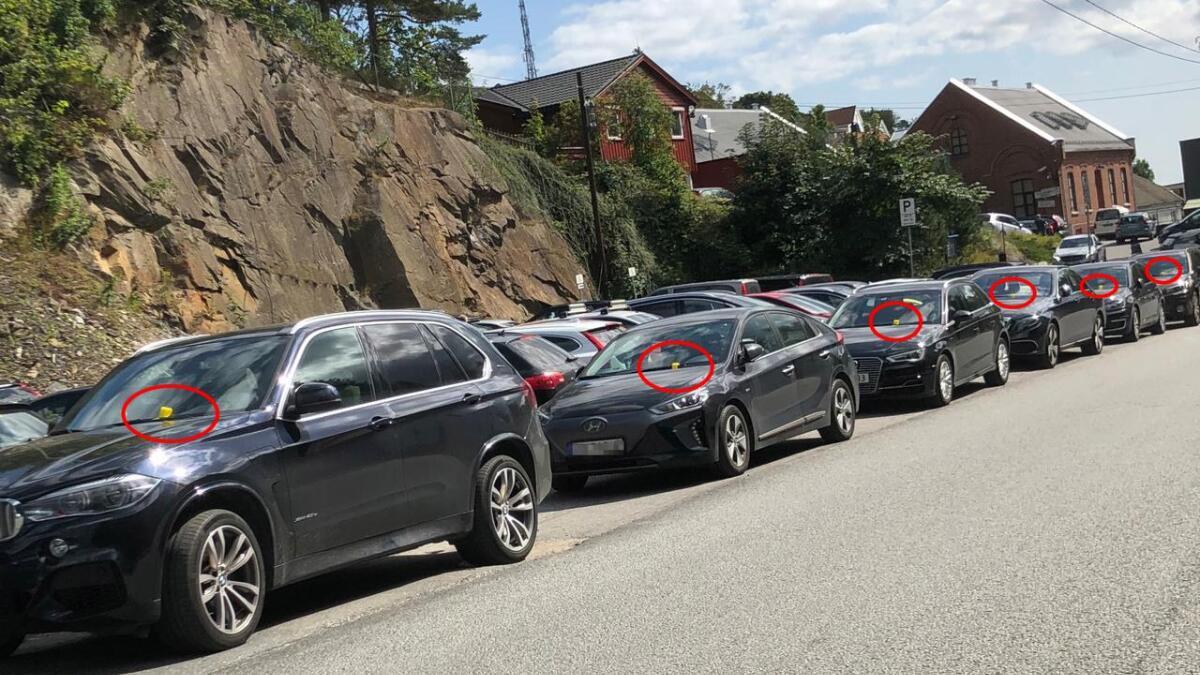Mange feilparkerer og blir straffet under Arendalsuka. Her fra Parkveien, ved fengselet.