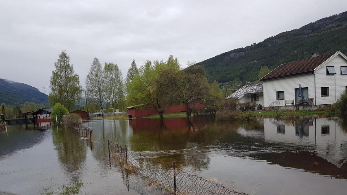 Nesbyen sentrum fredag morgon. Fleire vegar står under vatn.