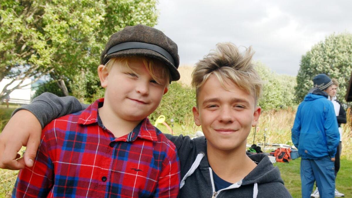 Hilmar Godvik (9) og Jesper Matheo Hansen (13) er blitt gode venner på filmsettet. (Alle